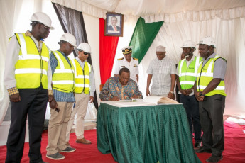 H.E. President Uhuru Kenyatta signs the visitors book at the wind farm