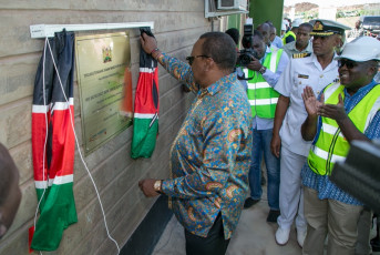 H.E. President Uhuru Kenyatta unveils the plaque inaugurating the wind farm